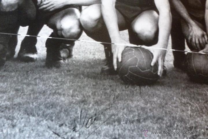 Coleccionismo deportivo: GRAN FOTO F.C.BARCELONA TEMP 1960-61 (30CM X 40CM) ALINEACIÓN BARÇA CON FIRMAS DE JUGADORES-FOTOS - Foto 4 - 51145687