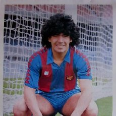 Coleccionismo deportivo: POSTER DIEGO ARMANDO MARADONA - F.C.BARCELONA - CON LA FIRMA IMPRESA DEL JUGADOR. Lote 71940527