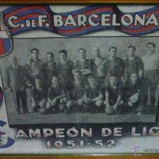 Coleccionismo deportivo: CF BARCELONA (BARÇA). CAMPEÓN DE LIGA 1951-1952. CARTEL CONMEMORATIVO 40 X 31 CTM. ENMARCADO. KUBALA. Lote 53619152