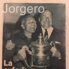 Coleccionismo deportivo: F.C. BARCELONA LA EUFORIA DEL TRIUNFO. HOJA DE REVISTA. Lote 61497439