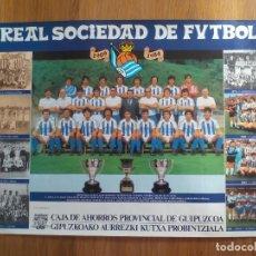 Coleccionismo deportivo: POSTER ORIGINAL Y OFICIAL - REAL SOCIEDAD 1984 75 ANIVERSARIO CAJA RURAL - TAMAÑO 62.5 X 43 CM. Lote 64319763
