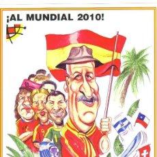 Coleccionismo deportivo: CARICATURA FUTBOL - AL MUNDIAL 2010 - LAMINA GRANDE TAMAÑO FOLIO EMITIDA POR LA R.F.E.F.. Lote 64912975