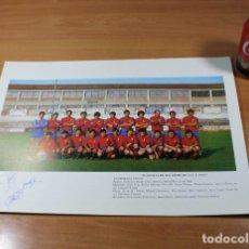 Coleccionismo deportivo: CARTEL POSTER FUTBOL PLANTILLA U.E.OLOT 1980-81 CON AUTOGRAFOS DE 7 JUGADORES, 32 X 43,50 CM. Lote 87568243