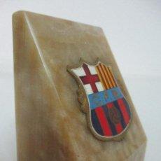 Coleccionismo deportivo: ESCUDO F.C. BARCELONA - BARÇA - LATÓN ESMALTADO - SOBRE MÁRMOL - AÑOS 40-50. Lote 95282199