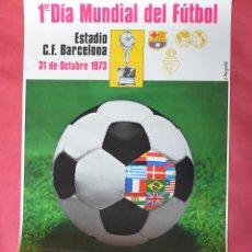Coleccionismo deportivo: PRIMER DIA MUNDIAL DEL FUTBOL - ESTADIO FUTBOL CLUB BARCELONA - OCTUBRE 1973 - 56,50 X 44 CM. Lote 142450308