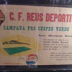 Coleccionismo deportivo: CARTEL CLUB DE FUTBOL C. F. REUS DEPORTIVO SOCIO REUSENSE ORIGINAL AÑOS 50 PEPSI COLA. Lote 107913723