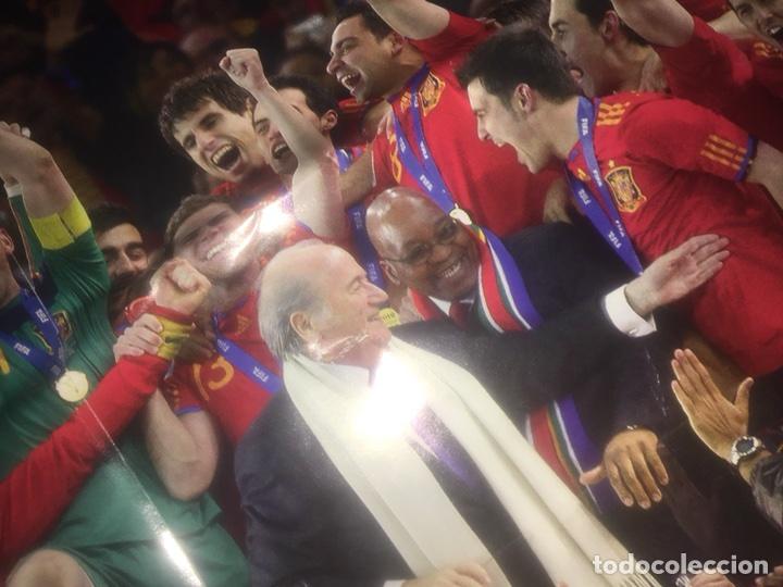Coleccionismo deportivo: Póster selección española campeón mundo mundial marca españa deteriorado - Foto 2 - 108279702