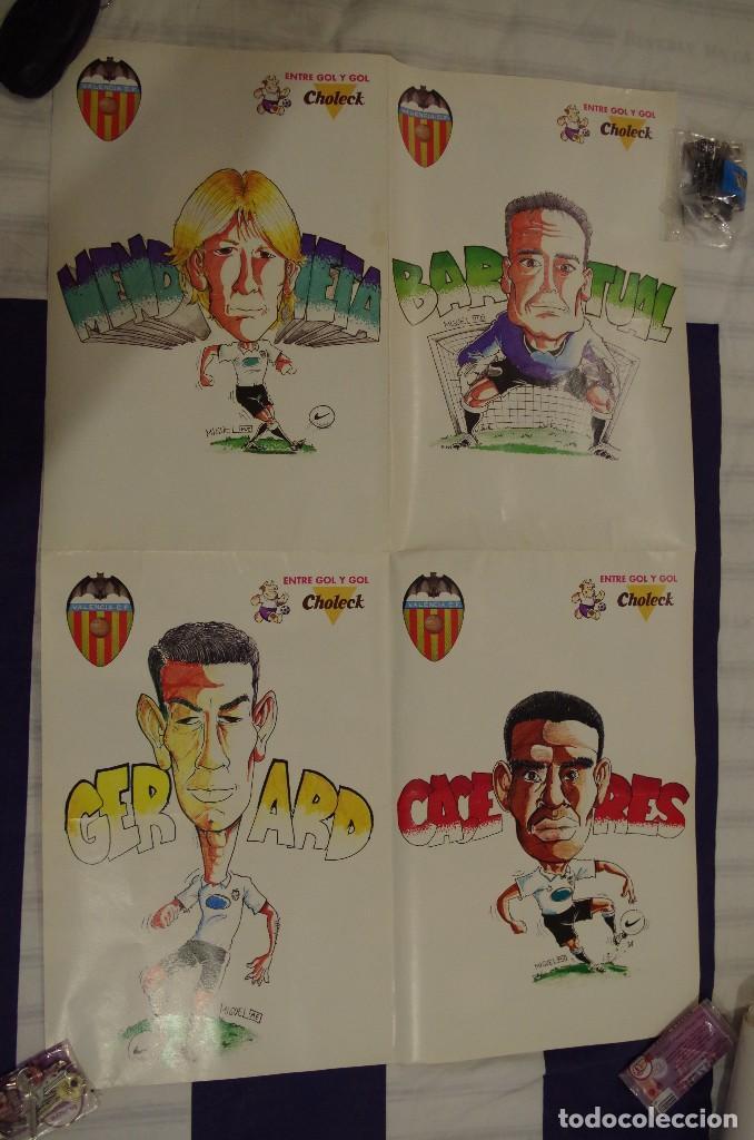 Coleccionismo deportivo: POSTER 4 JUGADORES DEL VALENCIA MENDIETA - CACERES - BARTUAL Y GERARD POR DETRAS SUS CARICATURAS - Foto 2 - 119453459