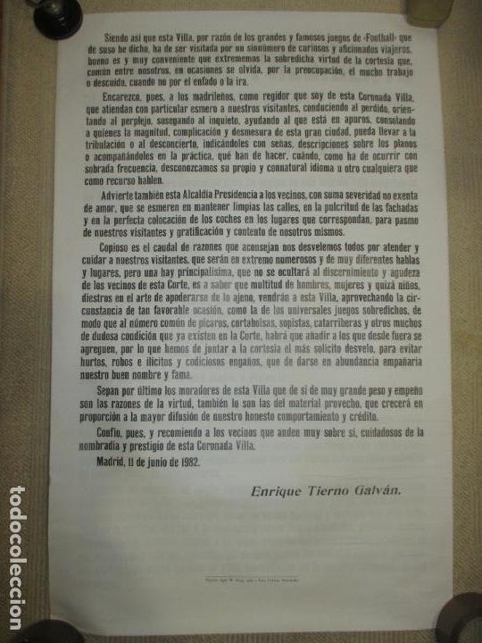 Coleccionismo deportivo: Bando del Alcalde de Madrid Enrique Tierno Galván, auténtico, sobre el Mundial de Fútbol 1982, doble - Foto 2 - 121443199