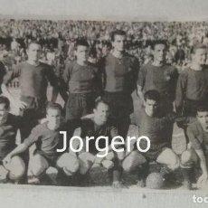 Coleccionismo deportivo: F.C. BARCELONA. ALINEACIÓN PARTIDO DE LIGA 1950-1951 EN LES CORTS CONTRA R. MADRID. RECORTE. Lote 130814344