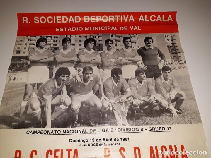 Coleccionismo deportivo: ANTIGUO CARTEL DE FUTBOL 2ª DIVISION B GRUPO 1 RSD ALCALA US CELTA DE VIGO AÑO 1981 ESTADIO VAL - Foto 2 - 130816844