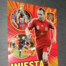 Coleccionismo deportivo: DOBLE POSTER INIESTA ESPAÑA Y CALENDARIO MUNDIAL BRASIL JUGON 2013 2014 13 14 TAMAÑO X2 FOLIO. Lote 157017712