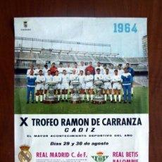 Coleccionismo deportivo: CARTEL DEL X TROFEO RAMÓN DE CARRANZA 1964 - REAL MADRID, BETIS, BENFICA, BOCA JUNIORS. Lote 146224038