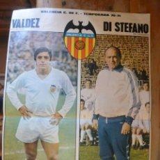 Coleccionismo deportivo: POSTER REVISTA ACTUALIDAD VALDEZ Y ALFREDO DI STEFANO VALENCIA CF. AÑOS 70. Lote 147959086