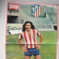 Coleccionismo deportivo: POSTER FUTBOL AYALA AT MADRID. REVISTA ACTUALIDAD. AÑOS 70. Lote 154768890