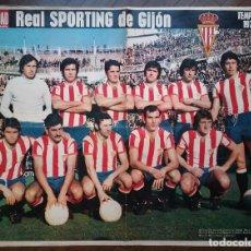 Coleccionismo deportivo: REAL SPORTING DE GIJÓN FÚTBOL POSTER EQUIPO TEMP. 1974 - 75 REVISTA ACTUALIDAD. Lote 157384218