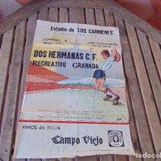 Coleccionismo deportivo: CARTEL DE FUTBOL ESTADIO DE LOS CARMENES RECREATIVO GRANADA DOS HERMANAS MAYO 1977 MIDE 63 X 42 CM. Lote 160010506