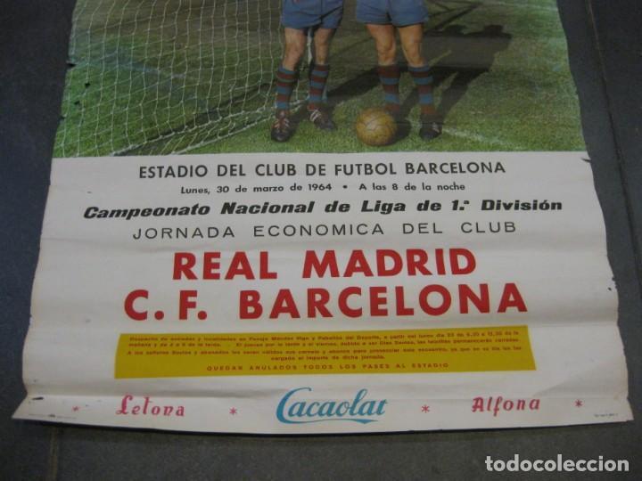 Coleccionismo deportivo: cartel campeonato nacional de liga real madrif futbol club barcelona 1964 . barça cacaolat - Foto 2 - 171366568