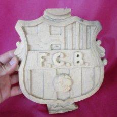 Coleccionismo deportivo: ESCUDO TALLADO EN MADERA FCB FUTBOL CLUB BARCELONA ANTIGUO . Lote 171700453
