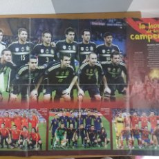 Coleccionismo deportivo: GRAN POSTER SELECCIÓN ESPAÑOLA FÚTBOL - LA HORA DE LOS CAMPEONES, EURO 2008 - 2012 Y MUNDIAL 2010. Lote 173654128