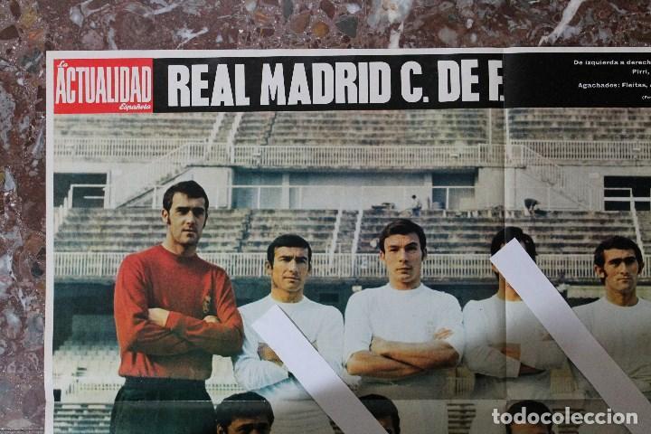 Coleccionismo deportivo: POSTER ACTUALIDAD ESPAÑOLA. FUTBOL REAL MADRID C.F. TEMPORADA 1969-1970. GRAN FORMATO 51 x 66 CM.. - Foto 3 - 191938065