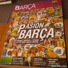 Coleccionismo deportivo: REVISTA OFICIAL FC BARCELONA CON PÓSTER N°17. AÑO 2005. Lote 192887473