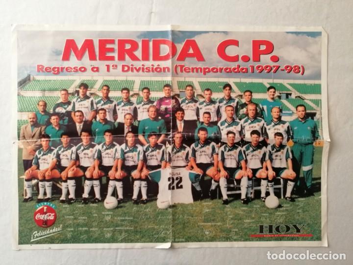POSTER MERIDA C.P. CP REGRESO A 1ª DIVISIÓN TEMPORADA 1997-98 1997 1998 HOY DIARIO EXTREMADURA 59X42 (Coleccionismo Deportivo - Carteles de Fútbol)