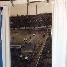 Coleccionismo deportivo: GRAN FOTOGRAFÍA DEL ANTIGUO CAMPO DEL BARÇA EN PLÁSTICO 198 CM X 100 CM.. Lote 221391837