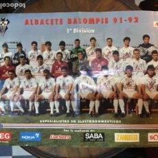 Coleccionismo deportivo: ALBACETE BALOMPIÉ POSTER TEMPORADA 1991-92, PRIMERA DIVISIÓN. MIDE 40X57 MARCAS DE DOBLEZ. Lote 221943591