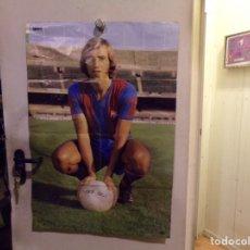 Coleccionismo deportivo: SUPER POSTER JOHAN NEESKENS CON LOS COLORES FUTBOL CLUB BARCELONA Y SU BIOGRAFIA MIDE 100 X 65. Lote 236097995