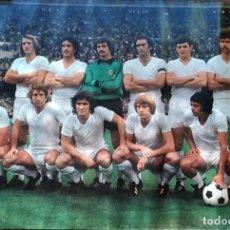 Coleccionismo deportivo: CARTEL DE FUTBOL ALINEACION DEL REAL MADRID TEMPORADA 76/77 MEDIDAS: 48 X 69. Lote 236984045