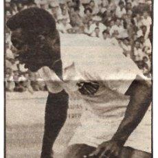 Coleccionismo deportivo: RECORTE DE PELÉ CON EL SANTOS. Lote 237071460