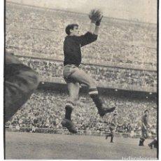 Coleccionismo deportivo: SELECCIÓN ESPAÑOLA DE FÚTBOL: RECORTE DE IRIBAR BLOCANDO UN BALÓN.. Lote 237072870