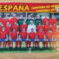 Coleccionismo deportivo: POSTER JUGON FOLIO ESPAÑA SELECCION ESPAÑOLA CAMPEONA MUNDO SUDAFRICA 2010 (ENVIO SOBRE DE CARTON). Lote 255597870
