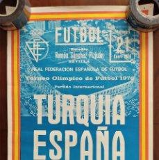Coleccionismo deportivo: CARTEL ORIGINAL TURQUÍA ESPAÑA TORNEO OLÍMPICO DE FUTBOL AÑO 1976 ESTADIO RAMÓN SÁNCHEZ PIZJUÁN. Lote 265483644
