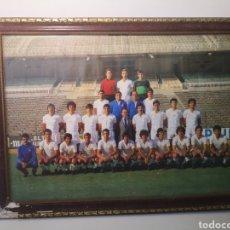 Coleccionismo deportivo: ANTIGUO POSTER 46X34CM FOTOGRAFÍA PLANTILLA REAL MADRID AÑOS 70? ENMARCADA. Lote 265700919