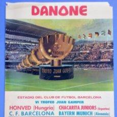 Coleccionismo deportivo: CARTEL VI TROFEO GAMPER - C.F. BARCELONA - 1971 - 63X43,5CM BAYERN MUNICH - CHACARITA - HONVED. Lote 267383924