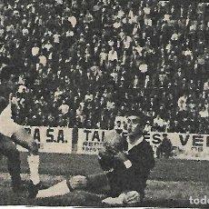 Collectionnisme sportif: ELCHE CF: RECORTE DE PAZOS BLOCANDO ANTE RÉ. 1963. Lote 269819253