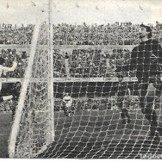 Collezionismo sportivo: ELCHE CF: RECORTE DE VAVÁ EXULTANTE TRAS MARCAR UN GOL EN EL CAMP NOU. 1969. Lote 269821173