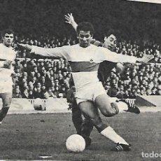 Collezionismo sportivo: ELCHE CF: RECORTE DE GONZÁLEZ EN PUGNA CON JUANITO. 1969. Lote 269821868