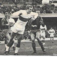 Collezionismo sportivo: ELCHE CF: RECORTE DE BALLESTER DESPEJANDO DE CABEZA EN EL CAMP NOU. 1969. Lote 269822123