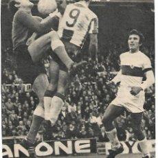 Collezionismo sportivo: ELCHE CF: GRAN RECORTE DE ESTÉBAN BLOCANDO ANTE AMIANO Y BONET. 1974. Lote 269823928