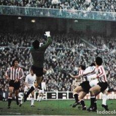 Coleccionismo deportivo: ATHLETIC DE BILBAO: GRAN RECORTE DE IRIBAR SALIENDO. 1975. Lote 270254978