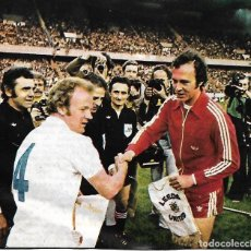 Coleccionismo deportivo: RECORTE DE BECKENBAUER SALUDANDO A BILLY BREMMER EN LA FINAL DE LA COPA DE EUROPA DE 1975. Lote 270257783