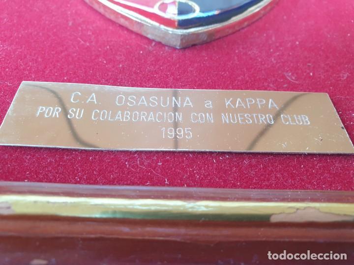 Coleccionismo deportivo: ESCUDO ESMALTADO C.A.OSASUNA a KAPPA , por su colaboración con nuestro club 1995. - Foto 3 - 276179308
