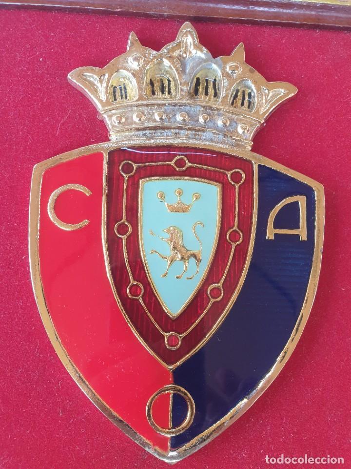 Coleccionismo deportivo: ESCUDO ESMALTADO C.A.OSASUNA a KAPPA , por su colaboración con nuestro club 1995. - Foto 5 - 276179308