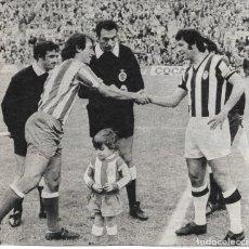 Coleccionismo deportivo: CD. CASTELLÓN: RECORTE DE CELA SALUDANDO A ADELARDO. Lote 277729768