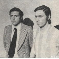 Coleccionismo deportivo: RECORTE DE QUINI JUNTO A SU ESTATUA DE CERA. 1975. Lote 277729903