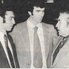 Coleccionismo deportivo: RECORTE DE QUINI E IRIBAR CON UN PERIODISTA. 1974. Lote 279556513