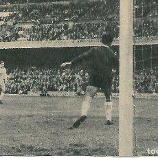 Coleccionismo deportivo: ELCHE CF: RECORTE DE PAZOS RECIBIENDO UN GOL EN EL CAMP NPU. 1963. Lote 288104993